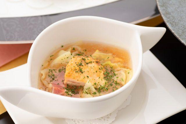 春キャベツと鴨のガルビュール風スープ